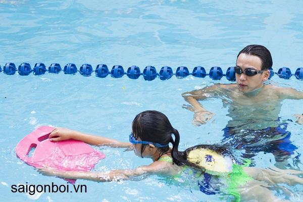 Trung tâm dạy học bơi uy tín ở HCM - Lớp học 1 kèm 1