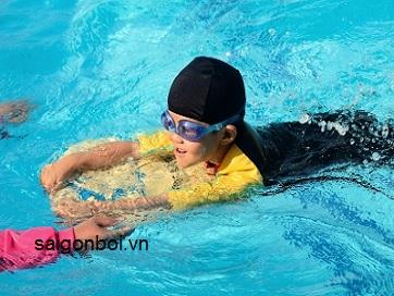 Dạy bơi cho bé từ 3 tuổi có nên không?